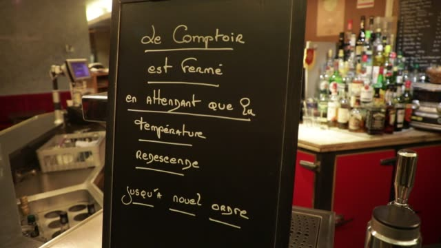 vidéos et rushes de black board indicates that a bar will only open for lunch to serve food on october 5, 2020 in paris, france. to fight against the covid19, the paris... - demi finale