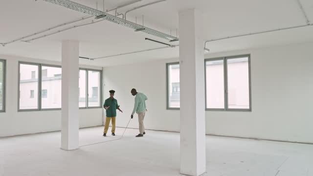 ブラックビジネスマンと不動産業者ツーリングシェルコンディションオフィス - 状態点の映像素材/bロール