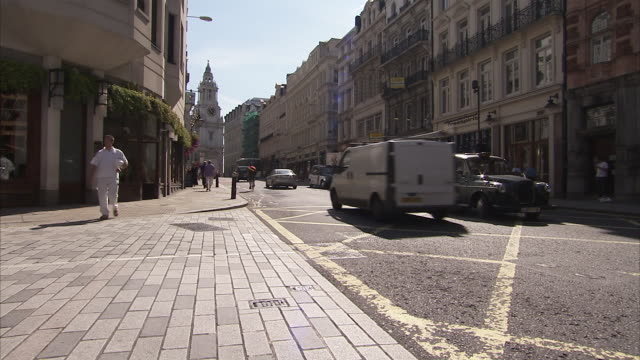 vidéos et rushes de a black cab turns into a london street. available in hd. - taxi