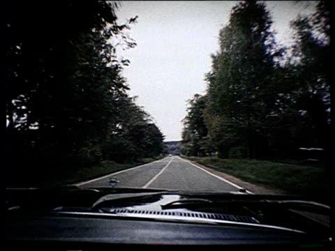 vidéos et rushes de pov black car riding through countryside towards a dacha nomenklatura - auto discipline
