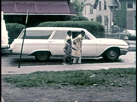 black children emerging from car walk up the sidewalk toward camera - femmina con gruppo di maschi video stock e b–roll