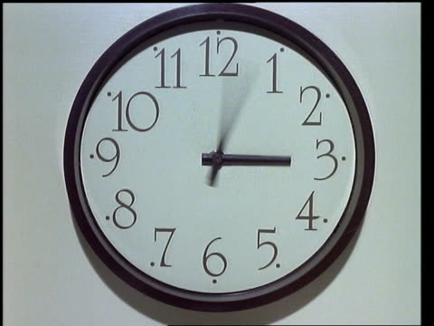 t/l - black clock hands turning, clock face fills frame, white background - 回転する点の映像素材/bロール