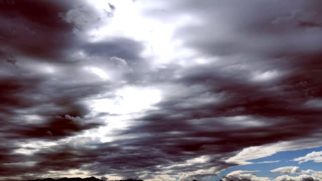 vídeos y material grabado en eventos de stock de nubarrones en el extremo de tormenta - alivio