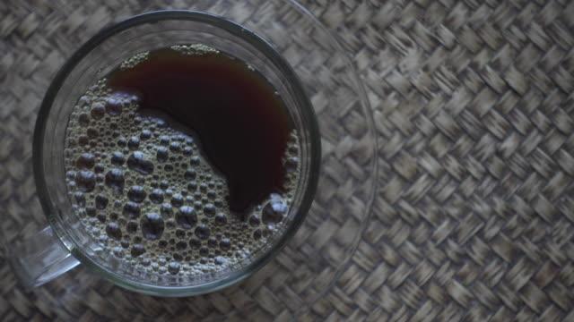 Schwarzer Kaffee auf Holz Mat Dolly Schuss