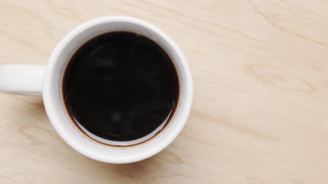 schwarzer kaffee - etwas herstellen stock-videos und b-roll-filmmaterial