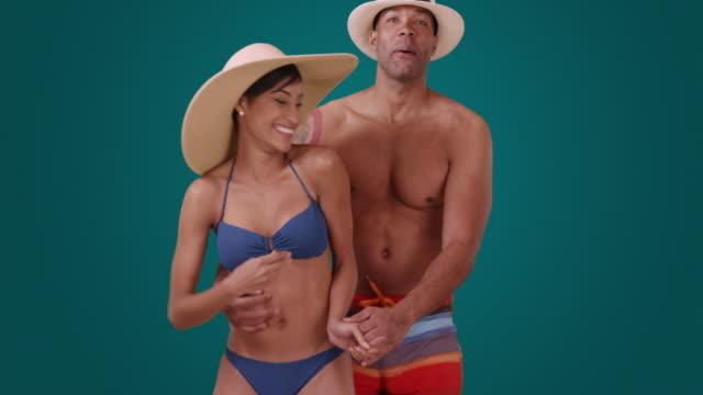 a black couple acts playfully on a blue background - badbyxor bildbanksvideor och videomaterial från bakom kulisserna