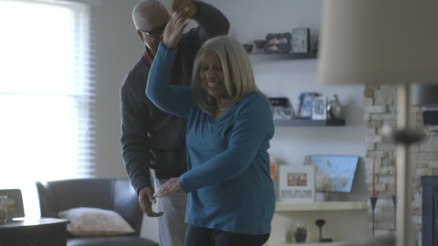 black couple dancing in living room - mit handkamera stock-videos und b-roll-filmmaterial