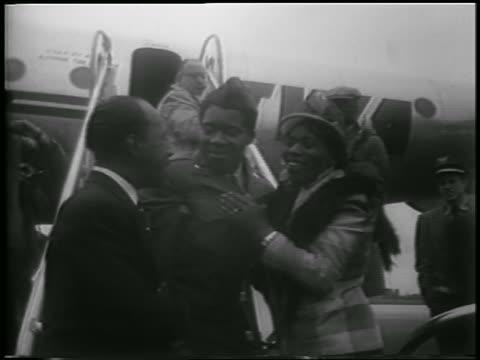 vídeos y material grabado en eventos de stock de black couple hugging + kissing soldier at airport / korean war pow's homecoming - pareja de mediana edad