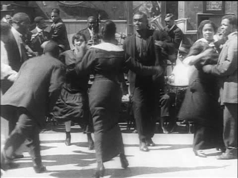 stockvideo's en b-roll-footage met b/w 1914 black couples dancing / switching partners + dancing in circle / san francisco / newsreel - prelinger archief