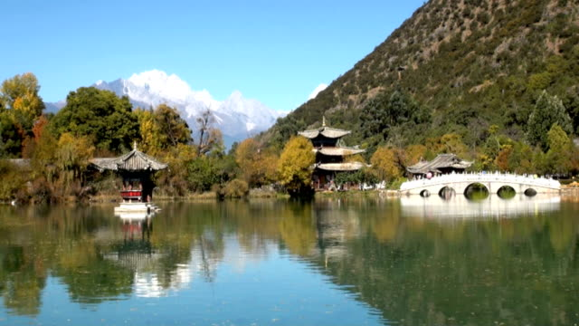 drago nero lago di lijiang, yunnan, cina - pavilion video stock e b–roll