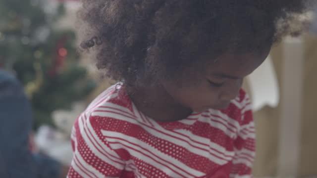 schwarze ethnische mädchen spielen - todesopfer stock-videos und b-roll-filmmaterial