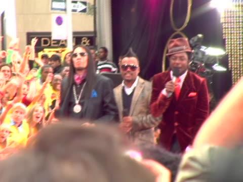 stockvideo's en b-roll-footage met black eyed peas at the 2006 mtv video music awards arrivals at radio city music hall in new york city new york - hanenkam haardracht