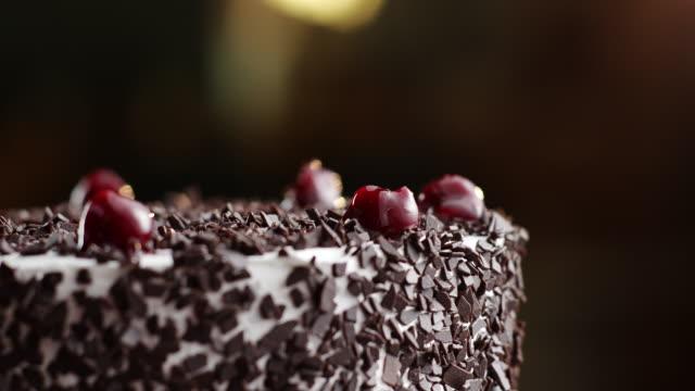 vídeos de stock, filmes e b-roll de bolo floresta negra com cerejas no topo - comida salgada