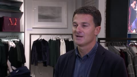 stockvideo's en b-roll-footage met most shopping done online; location unknown: peter ruis set-up shot with reporter / interview sot hertfordshire: hemel hempstead: amazon: general... - shopping centre