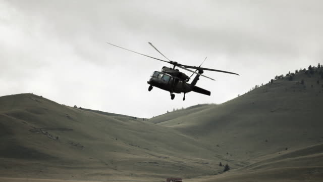 vidéos et rushes de black hawk helicopter turning in to land - armée américaine