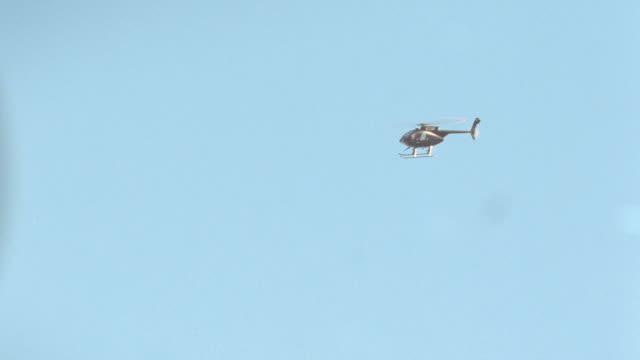 vídeos de stock e filmes b-roll de a black helicopter flies over hollywood, california. - jackie chan
