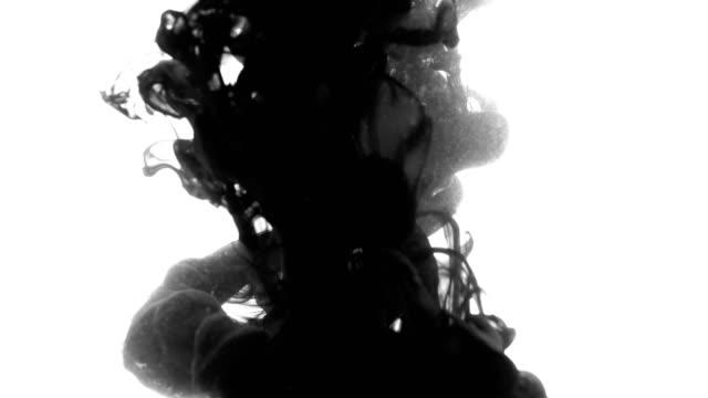 schwarze tinte ins wasser fallen - windung stock-videos und b-roll-filmmaterial