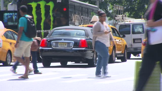 vidéos et rushes de black lincoln towns car on a busy city street on september 06, 2013 in new york, new york - voiture particulière