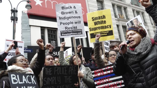 vídeos y material grabado en eventos de stock de black lives matter activists gathered herald square – 34th street and held an anti donald trump and an anti new york city mayor bill de blasio... - herald square