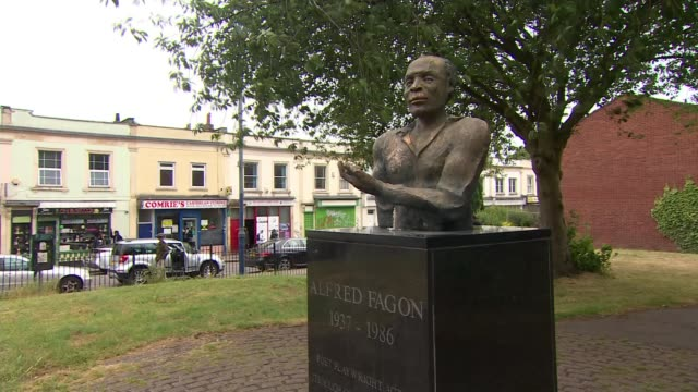 vídeos y material grabado en eventos de stock de bristol statue of jamaican playwright alfred fagon vandalised; england: bristol: ext gvs vandalised statue of jamaican actor and playwright alfred... - jamaiquino