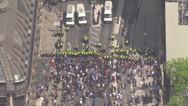 aerials protesters clashing with police in westminster england london westminster protesters arguing with police barricade at portcullis house / - war and conflict stock-videos und b-roll-filmmaterial