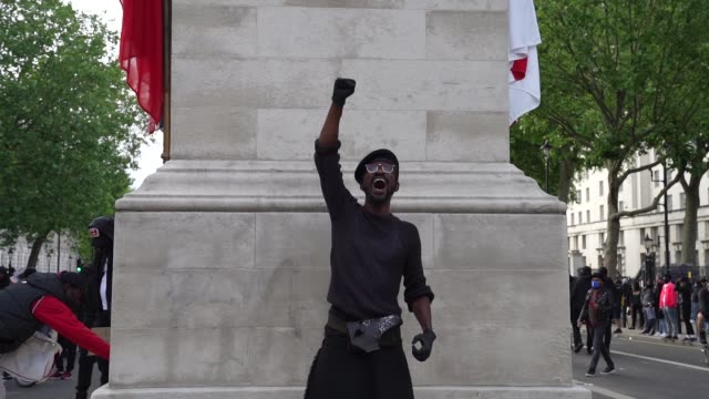 vídeos y material grabado en eventos de stock de black lives matter protester hold a fist in the air next to the cenotaph in london on june 7, 2020 in london, united kingdom. the death of an... - puño