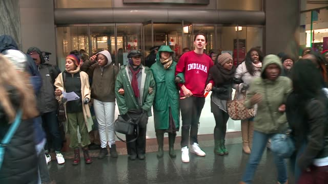 vídeos de stock, filmes e b-roll de wgn black lives matter protesters black water tower place on michigan avenue on black friday in the wake of the release of the video showing the... - de braços dados