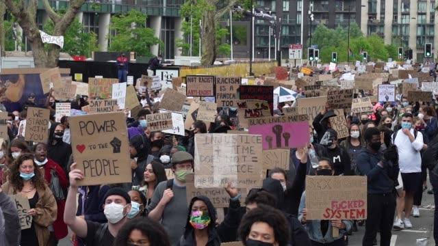 black lives matter protesters march towards parliament in london on june 7, 2020 in london, united kingdom. the death of an african-american man,... - etnicitet bildbanksvideor och videomaterial från bakom kulisserna