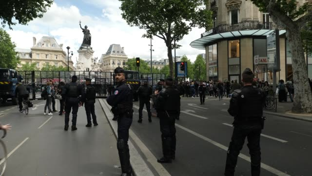 demonstration turns violent in paris france paris ext fist clenching paper various of assa traoré speech protesters wearing face masks various of... - war and conflict stock-videos und b-roll-filmmaterial