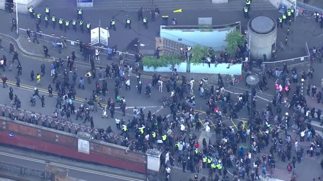 scuffles with police and counter protesters england london large number of police officers and police vans on waterloo bridge with protesters walking... - war and conflict stock-videos und b-roll-filmmaterial