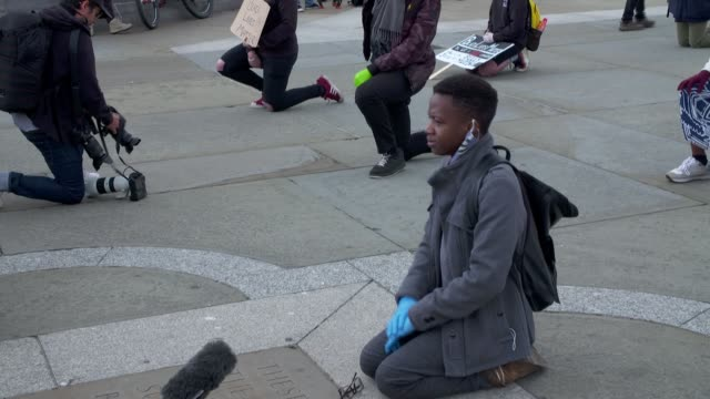 'take the knee' trafalgar square protest england london trafalgar square ext gvs protesters wearing face masks kneeling with signs dee ndlovu speech... - kniend stock-videos und b-roll-filmmaterial