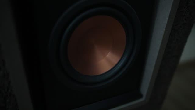 stockvideo's en b-roll-footage met zwarte luidspreker doos close-up. professionele audio-apparatuur van hoge kwaliteit voor feest. - luidspreker