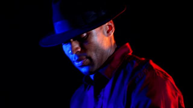 stockvideo's en b-roll-footage met black male disc jockey plays the music - club dj