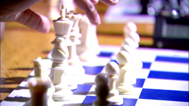 stockvideo's en b-roll-footage met black male hands playing speed chess white pawn moving first cu chess pieces moving on board w/ clock bg - schaakstuk