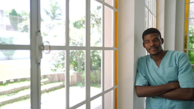 vidéos et rushes de infirmière mâle noire dans des gommages médicaux - infirmier