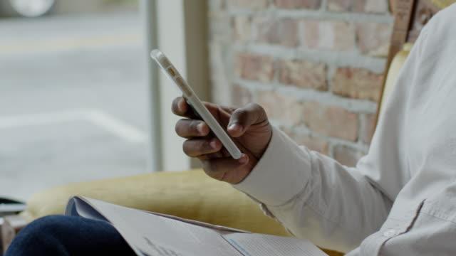 vídeos de stock e filmes b-roll de black male - segurar