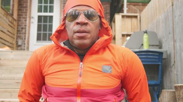 vídeos y material grabado en eventos de stock de hombre negro haciendo ejercicio en patio trasero - entrenamiento sin material