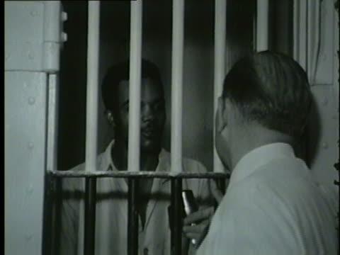 vídeos y material grabado en eventos de stock de black man jerry leverson arrested and fined $5329 in traffic tickets on sept 4 1953 - puerta de celda