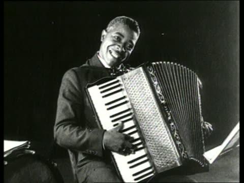 vídeos y material grabado en eventos de stock de b/w black man playing accordion / sound - acordeonista