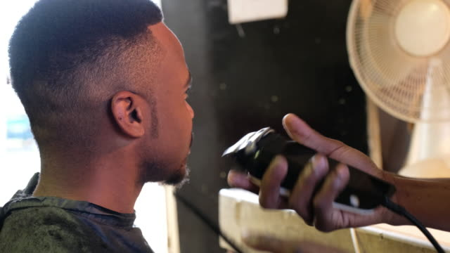 vídeos y material grabado en eventos de stock de hombre negro visitas al barbero - salón de belleza