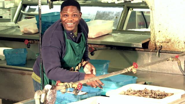 シーフード加工工場で働く黒人 - エビ料理点の映像素材/bロール