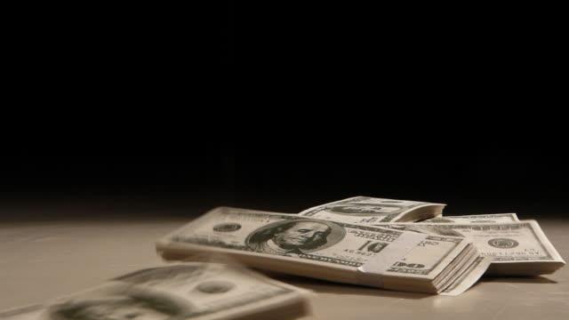 vídeos y material grabado en eventos de stock de caída de dinero negro - manojo