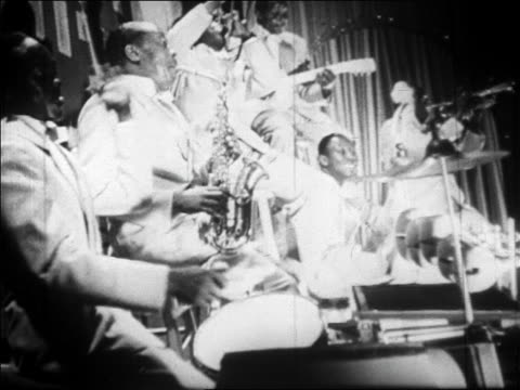 B/W 1928 SIDE VIEW Black musicians playing in jazz band / newsreel