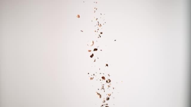 schwarzer pfeffer fällt herunter. studio-aufnahme - scharfe schoten stock-videos und b-roll-filmmaterial