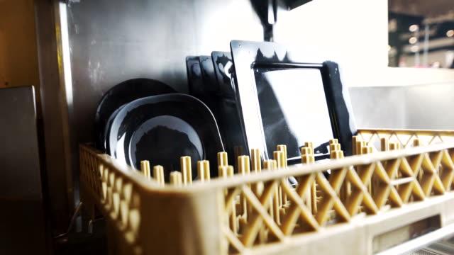 vídeos y material grabado en eventos de stock de placa negra con cesta en lavavajillas automático para cocina industrial. - plato vajilla