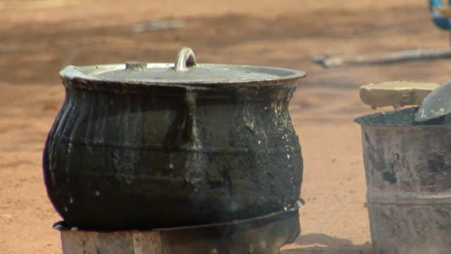 cu, black pot on outdoor fire, niamey, niger - ニアメ点の映像素材/bロール