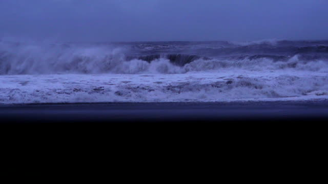 spiaggia di sabbia nera nel buio - riva dell'acqua video stock e b–roll