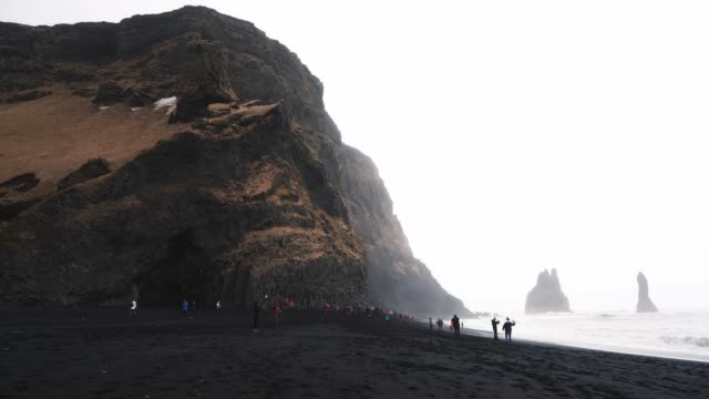 vídeos de stock, filmes e b-roll de black sand beach, perto da cidade de vik em islândia - coluna de calcário marítimo
