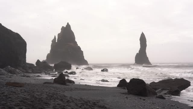 stockvideo's en b-roll-footage met black sand beach in de buurt van vik plaats in ijsland - rots