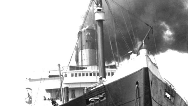 vídeos y material grabado en eventos de stock de black smoke billows from the smokestacks of an ocean liner. - puerto de nueva york